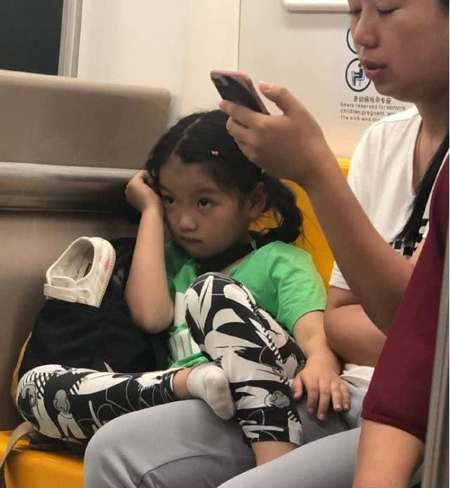父母是孩子的榜样,妈妈不要再看手机了,快放下陪陪孩子