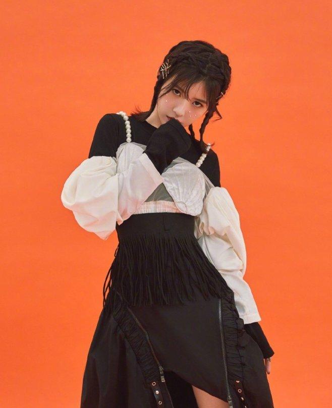 <b>赖美云造型前卫大胆,扇贝胸衣被吐槽,网友:看不懂时尚!</b>