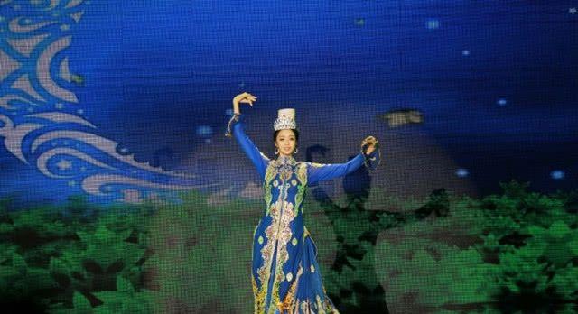 """佟丽娅跳新疆""""顶碗""""舞,为边防战士做慰问演出"""
